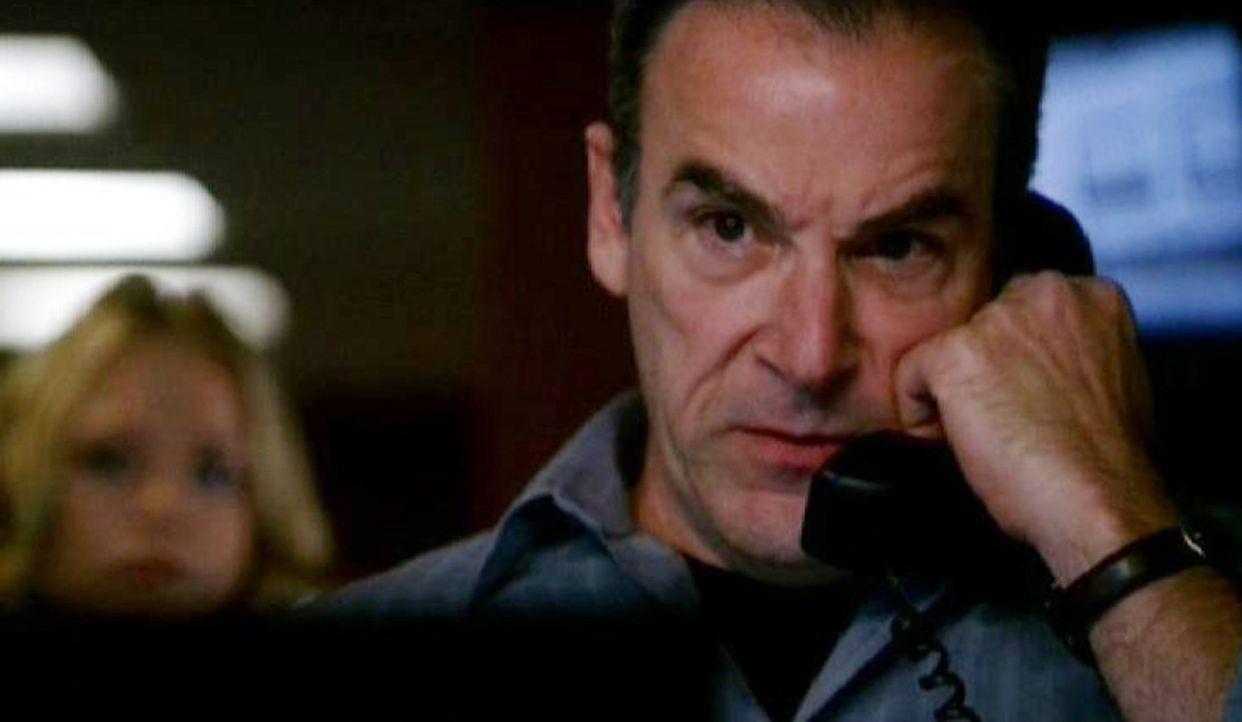 Special Agent Jason Gideon (Mandy Patinkin) versucht per Telefon den verrückten Dr. Bryar zum Aufgeben zu bewegen .... - Bildquelle: Touchstone Television