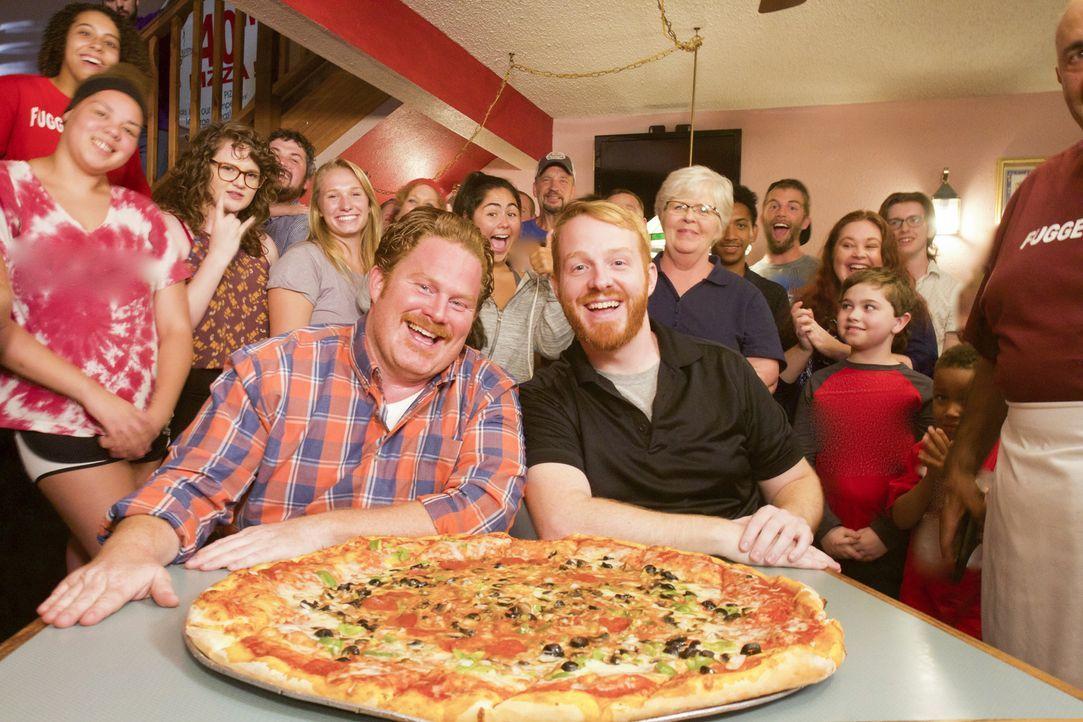 """Im """"Schiappa's"""" in St. Louis versucht sich Casey (l.) an der """"75-Zentimeter Pizza-Challenge"""". Zum Glück steht ihm dafür als Teamkollege Ryan Maassen... - Bildquelle: 2017, The Travel Channel, LLC. All Rights Reserved."""