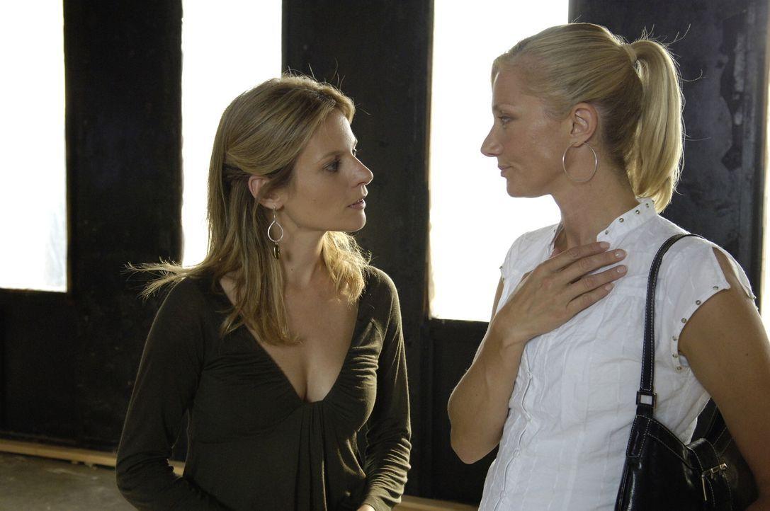 Gina (Jessalyn Gilsig, l.) und Julia (Joely Richardson, r.) beginnen, ihr Spa zu renovieren. Die beiden gehen richtig in ihrer Arbeit auf, doch dann... - Bildquelle: TM and   2005 Warner Bros. Entertainment Inc. All Rights Reserved.