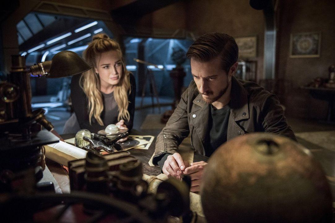 Als Sara (Caity Lotz, l.) und Rip (Arthur Darvill, r.) bei ihrer Mission jemanden gefangen nehmen, erfährt Sara ein nicht unwichtiges Detail über Ri... - Bildquelle: 2015 Warner Bros.
