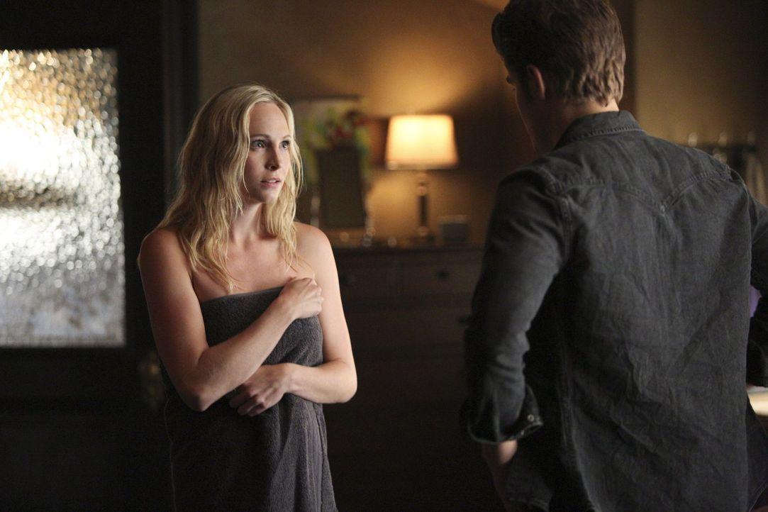 Als Stefan (Paul Wesley, r.) plötzlich vor Carolines (Candice Accola, l.) Tür steht, kann sie seine Bitte einfach nicht ausschlagen ... - Bildquelle: Warner Bros. Entertainment, Inc