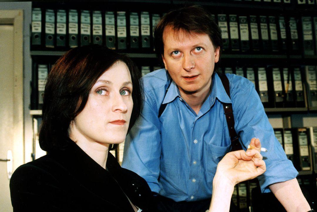 Die Kartenlegerin Natascha Kaminski (Sophie Rois, l.) wird verdächtigt, in den Mord an Frau Clausen verwickelt zu sein, weil im Mund der Toten eine... - Bildquelle: Ali Schafler Sat.1