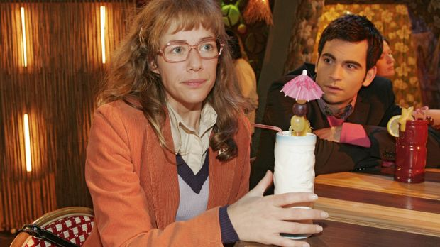Lisa (Alexandra Neldel, l.) ist erleichtert, mit David (Mathis Künzler, r.) ü...