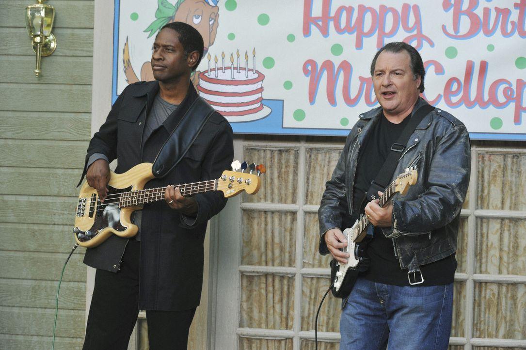 Spielen für Mr. Cellophane: Türsteher Frank (Tim Russ, l.) und Howard (Kevin Dunn, r.) ... - Bildquelle: 2008 American Broadcasting Companies, Inc. All rights reserved.