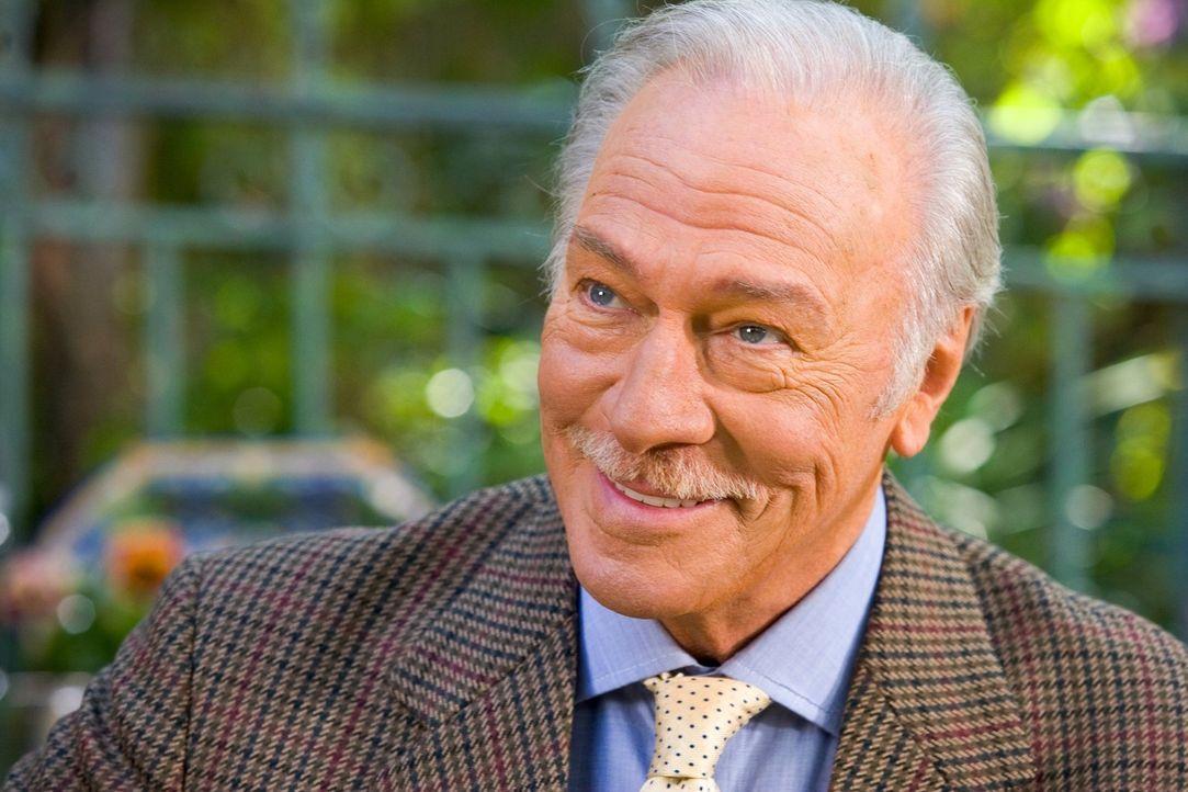 Sarahs charmanter Vater Bill (Christopher Plummer) hat sich auf einem Dating-Portal die attraktive und unkonventionelle Dolly geangelt. Doch damit n... - Bildquelle: Warner Brothers