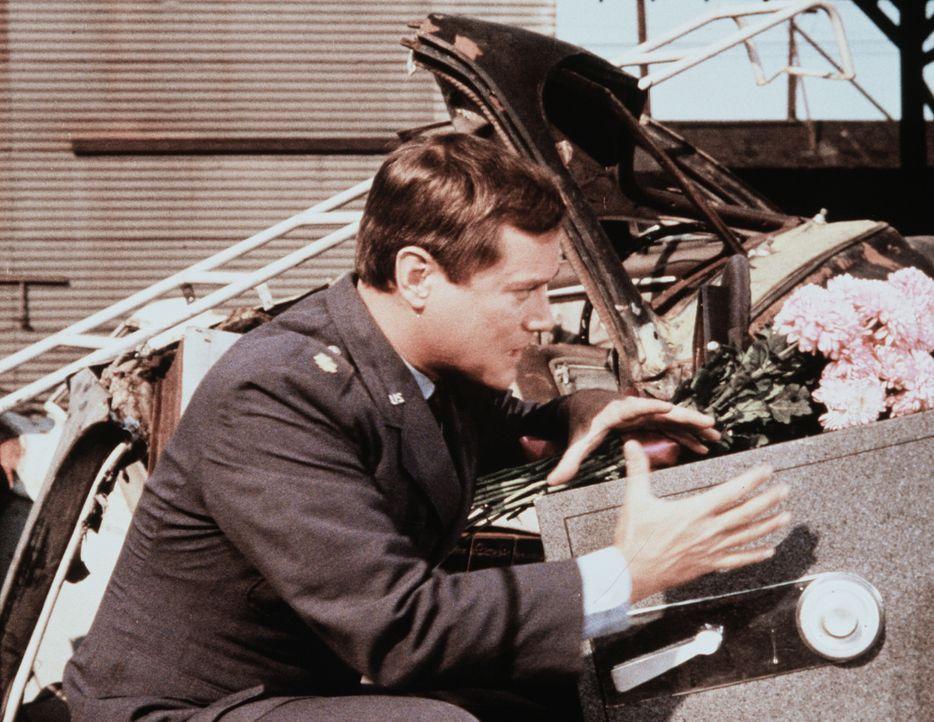 Auf einem Schrottplatz entdeckt Tony (Larry Hagman) endlich den gesuchten Safe. - Bildquelle: Columbia Pictures