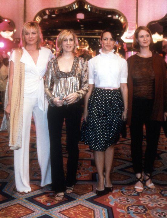 (v.l.n.r.) Die vier Freundinnen, Sam (Kim Cattrall), Carrie (Sarah Jessica Parker), Charlotte (Kristin Davis) und Miranda (Cynthia Nixon), finden si... - Bildquelle: Paramount Pictures