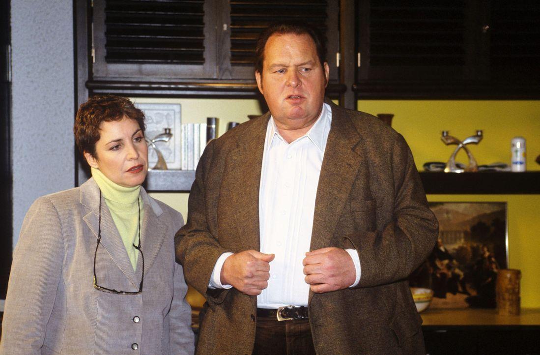 Benno Berghammer (Ottfried Fischer, r.) und Sabrina Lorenz (Katerina Jacob, l.) ermitteln im evangelischen Pfarrhaus. - Bildquelle: Magdalena Mate Sat.1