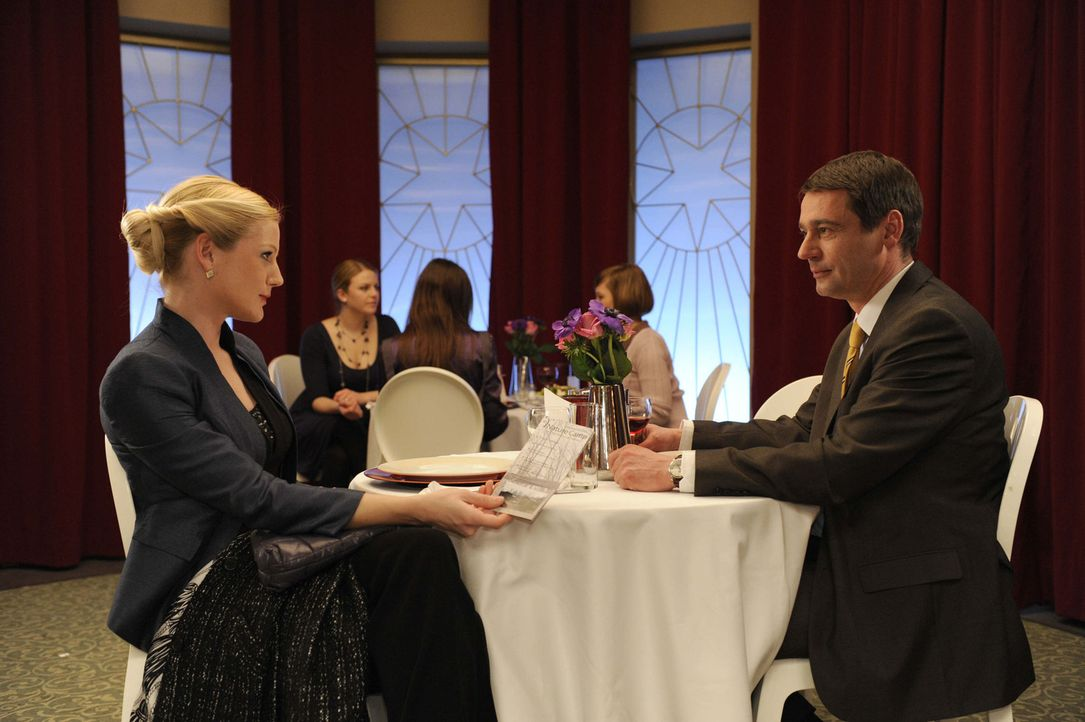 Helena (Kim-Sarah Brandts, l.) findet in Stefan (Ulrich Drewes, r.) nicht die erhoffte Unterstützung für ihre Camp Idee ... - Bildquelle: SAT.1