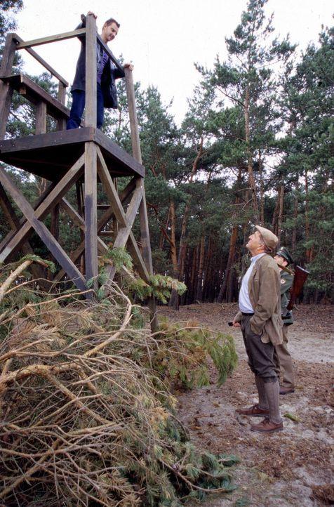 Bei den Ermittlungen in seinem Heimatdorf trifft Tom (Steven Merting, l.) auf die Ablehnung von Polizeihauptmeister Wittkowski (Georg Prang, r.) und... - Bildquelle: Leslie Haslam Sat.1