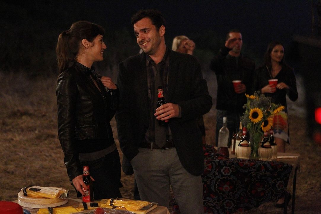 Nick (Jake M. Johnson, vorne r.) versucht seine neue Freundin, die Anwältin Julia (Lizzy Caplan, vorne l.), vor seinen Mitbewohnern zu verstecken -... - Bildquelle: 20th Century Fox