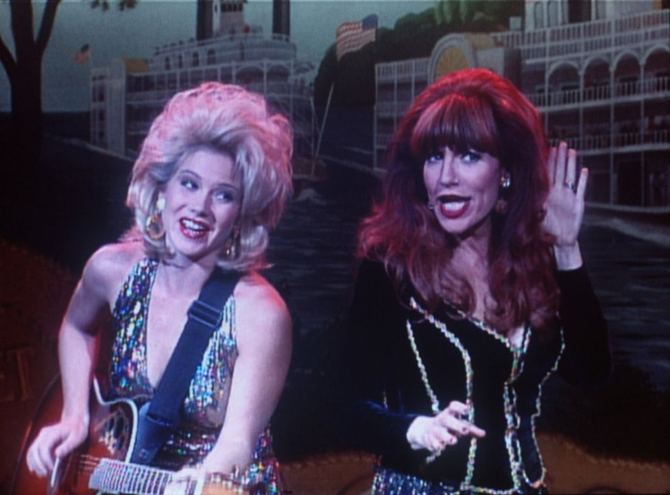 "Die ""Country-Ladies"": Peg (Katey Sagal, r.) und Kelly Bundy (Christina Applegate, l.). - Bildquelle: Sony Pictures Television International. All Rights Reserved."