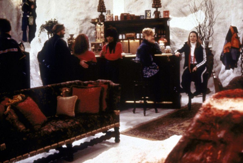 Sabrina (Melissa Joan Hart, r.) langweilt sich beim Skifahren und vermisst Harvey. - Bildquelle: Paramount Pictures