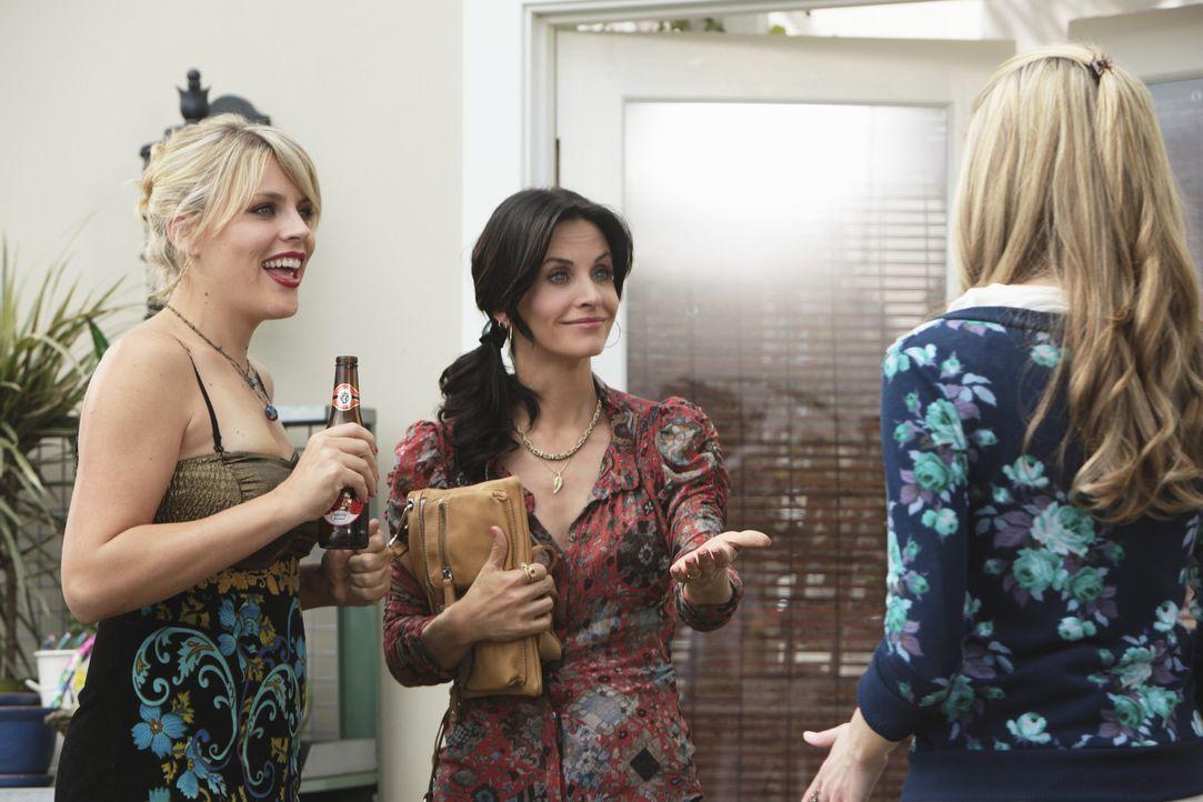 Da haben Jules (Courteney Cox, M.) und Laurie (Busy Philipps, l.) Kylie (Spencer Locke, r.) aber ganz schön verschreckt - hoffentlich können sie d... - Bildquelle: 2009 ABC INC.