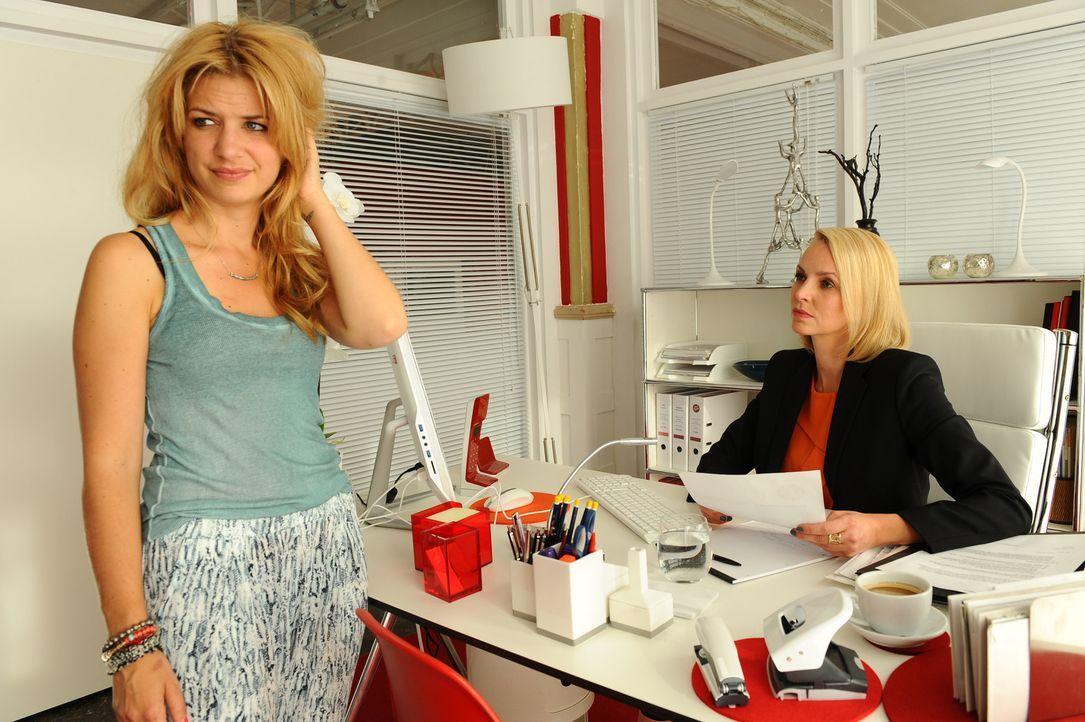 Als Mila (Susan Sideopoulos, l.) ihre App-Kritik abliefert, kritisiert Theresa (Simone Hanselmann, r.) ihr Erscheinungsbild. Zu recht? - Bildquelle: Oliver Ziebe SAT.1
