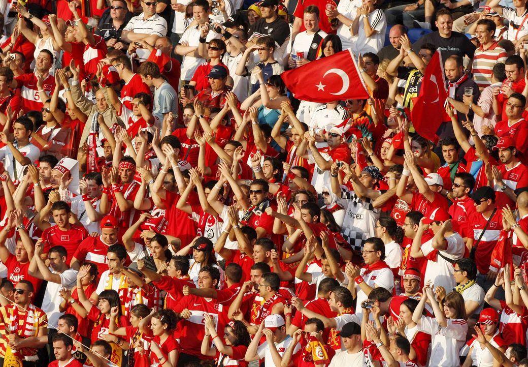 Fußball-Fan-Tuerkei-080625-dpa - Bildquelle: dpa