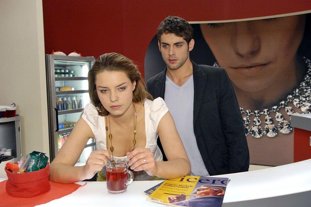 Katja ist verletzt und eifersüchtig auf Anna. v.l.n.r.: Katja (Karolina Lodyga), Jonas (Roy Peter Link) - Bildquelle: Claudius Pflug Sat.1