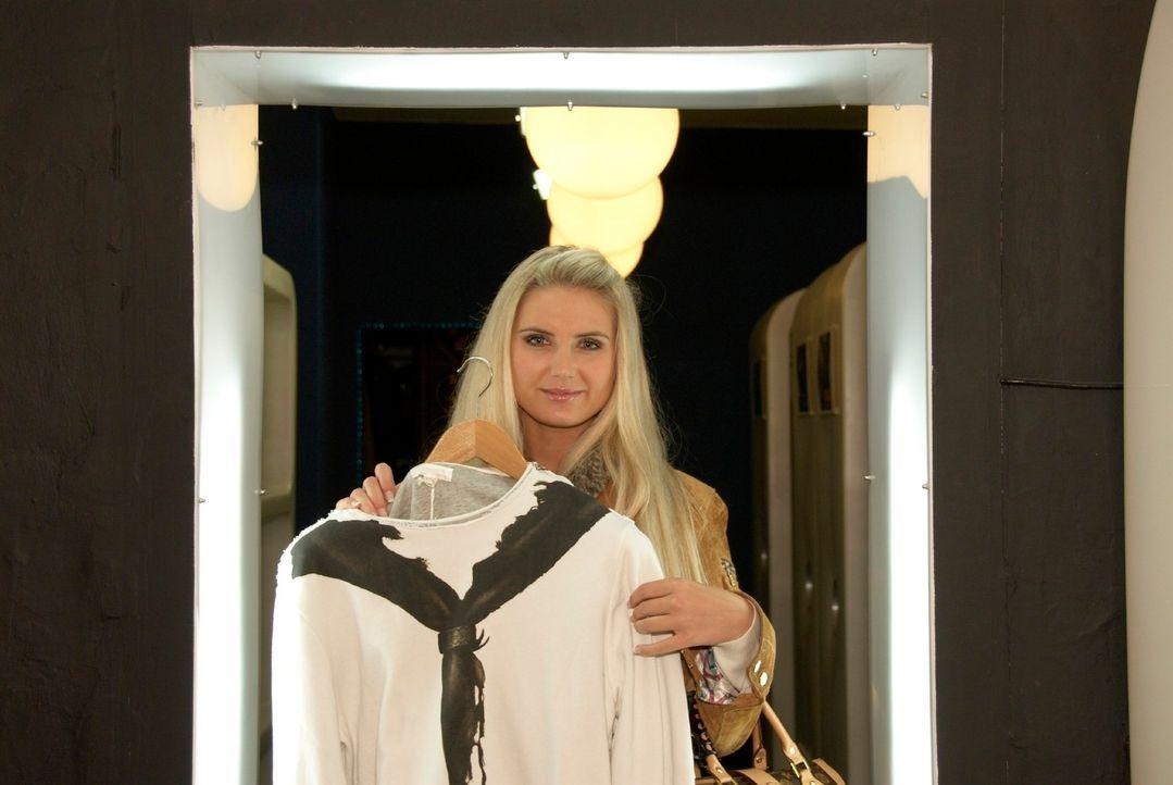 Wird dies vielleicht das passende Outfit, mit dem Beate den Makler ihrer Traumwohnung überzeugen kann? - Bildquelle: Walter Wehner Sat.1