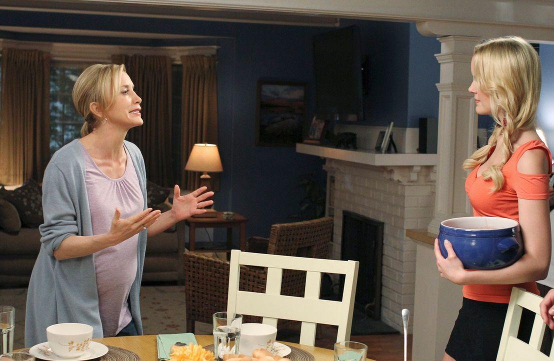 Geraten aneinander: Lynette (Felicity Huffman, l.) und Irina (Helena Mattsson, r.) ... - Bildquelle: ABC Studios