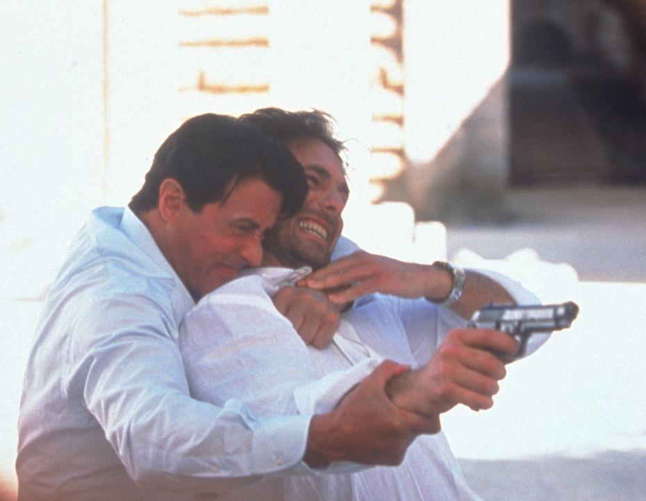 Was hat Marcello (Raoul Bova, r.) mit dem Tod von Frankies (Sylvester Stallone, l.) Boss zu tun? - Bildquelle: Warner Bros.