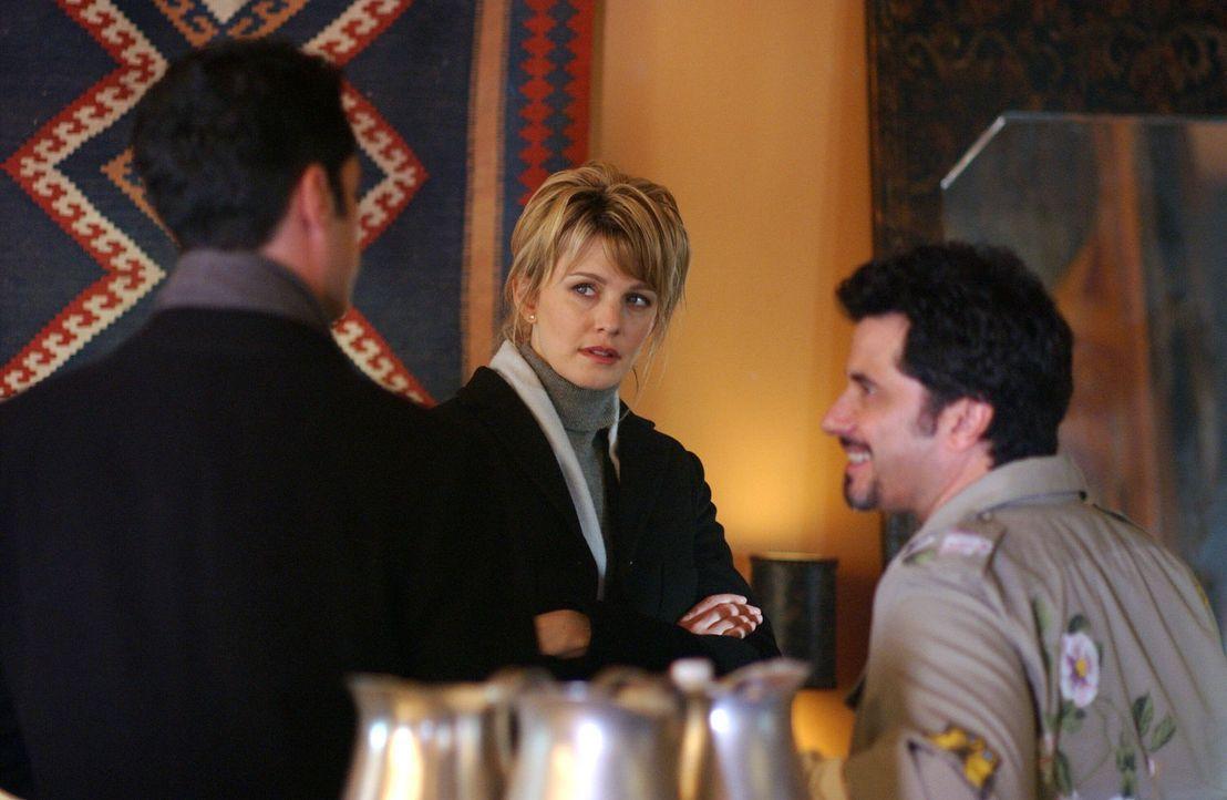 Det. Scott Valens (Danny Pino, l.) und Det. Lilly Rush (Kathryn Morris. M.) befragen Paul (Robert Cicchini, r.) zu ihrem aktuellen Fall ... - Bildquelle: Warner Bros. Television