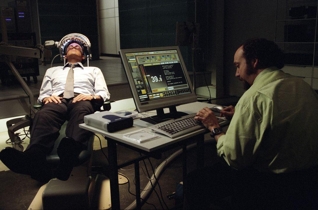 Drei Jahre lang erledigt der hochbegabte Computerspezialist Michael Jennings (Ben Affleck, l.) Geheimaufträge für die Rethrick-Corporation. Die Be... - Bildquelle: 2003 by Dreamworks Productions LLC and Paramount Pictures Corporation. All rights reserved.