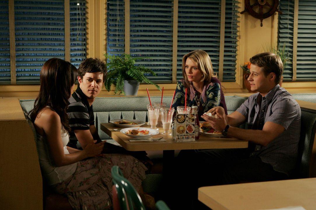 Gute Freunde: Marissa (Mischa Barton, 2.v.r.), Ryan (Benjamin McKenzie, r.), Summer (Rachel Bilson, l.) und Seth (Adam Brody, 2.v.l.) ... - Bildquelle: Warner Bros. Television