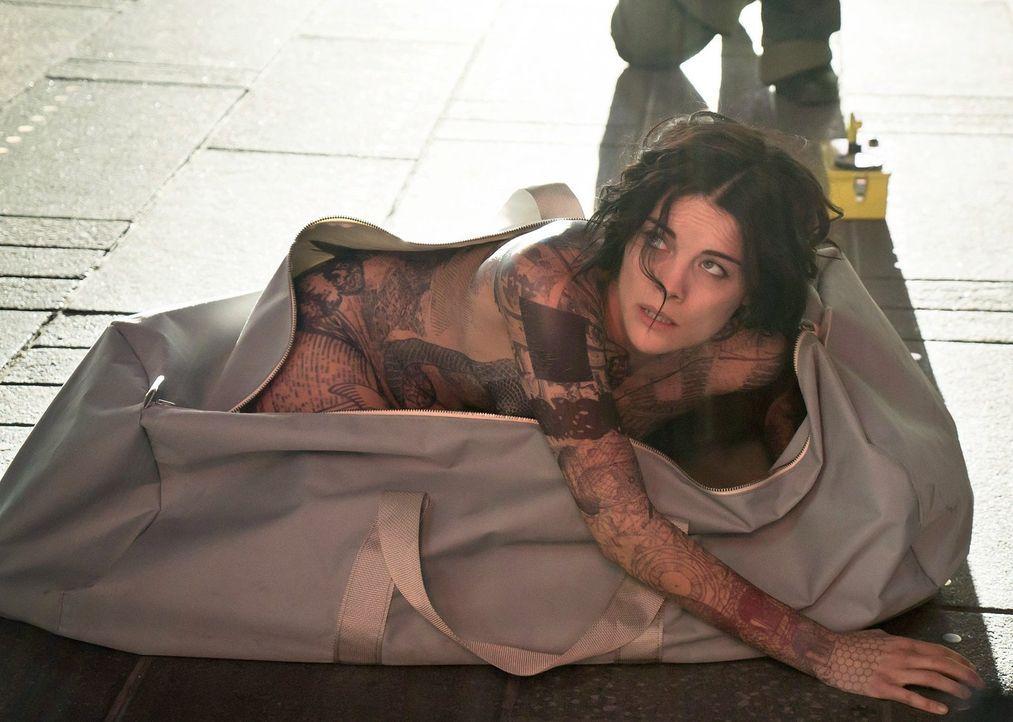 Eines Tages erwacht eine splitterfasernackte Frau (Jaimie Alexander) auf dem Times Square. Die Unbekannte hat keine Ahnung, wie sie dorthin gekommen... - Bildquelle: Warner Brothers