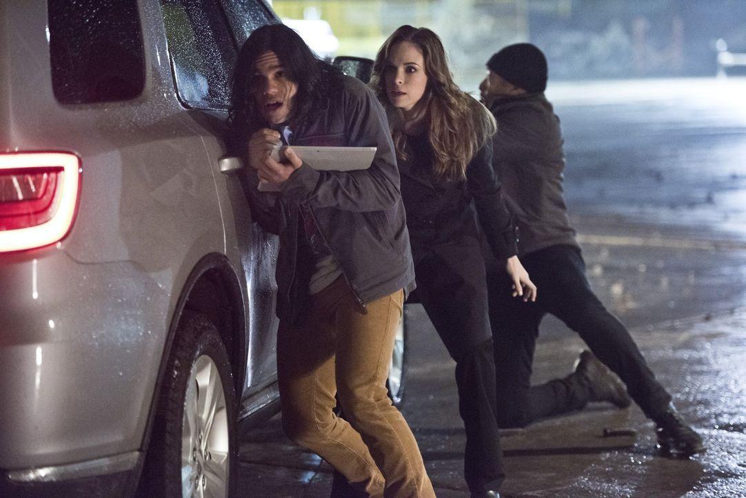 Als Wells weiterhin seine Pläne verfolgt, geraten plötzlich mehr als nur Cisco (Carlos Valdes, l.), Caitlin (Danielle Panabaker, M.) und Joe (Jesse... - Bildquelle: Warner Brothers.