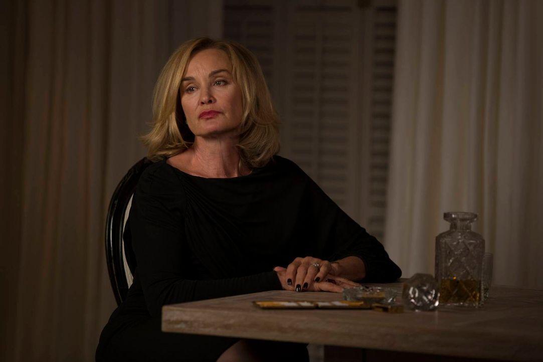 Fiona (Jessica Lange) kennt die Anzeichen für eine neue, mächtige Oberste und dass sie diese nun bei sich selber spürt, bringt sie auf mörderische G... - Bildquelle: 2013-2014 Fox and its related entities. All rights reserved.
