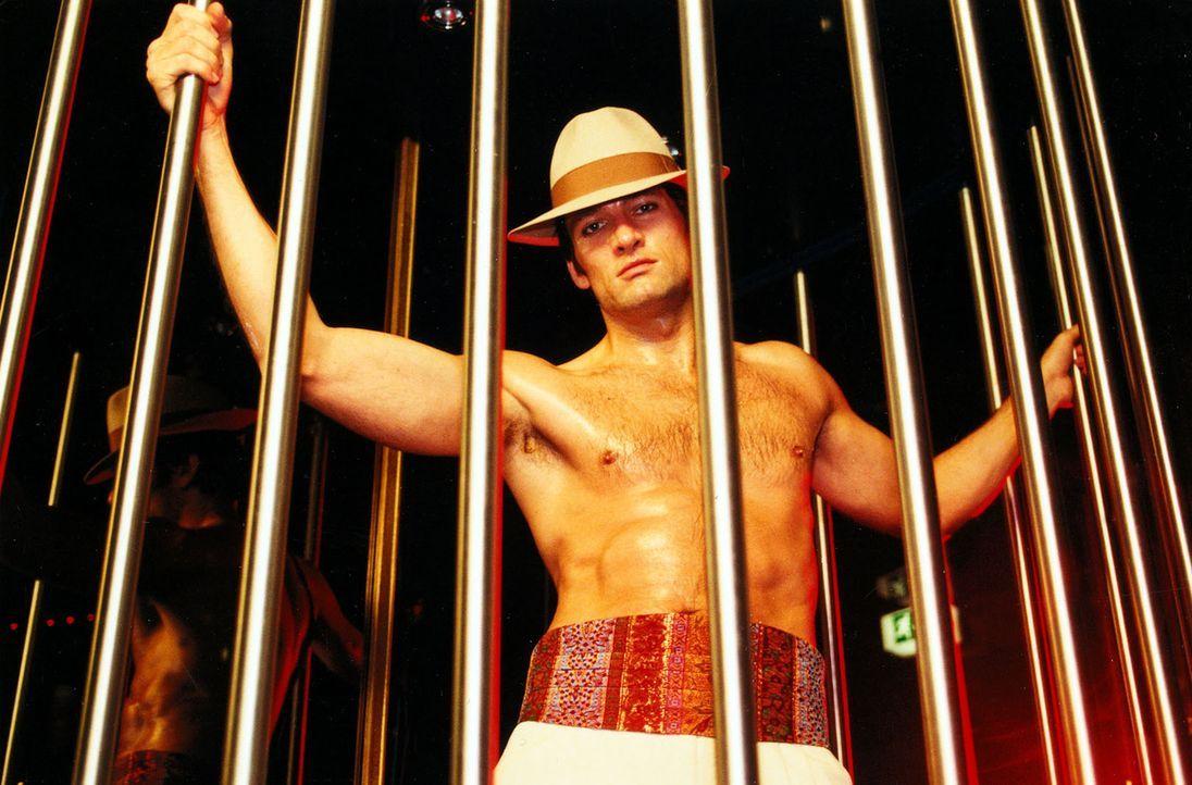 Erik Steiger (Dieter Bach), im Hauptberuf Jurist, arbeitet nebenberuflich als Striptease-Tänzer. Er bricht auf der Bühne zusammen ... - Bildquelle: Noreen Flynn Sat.1