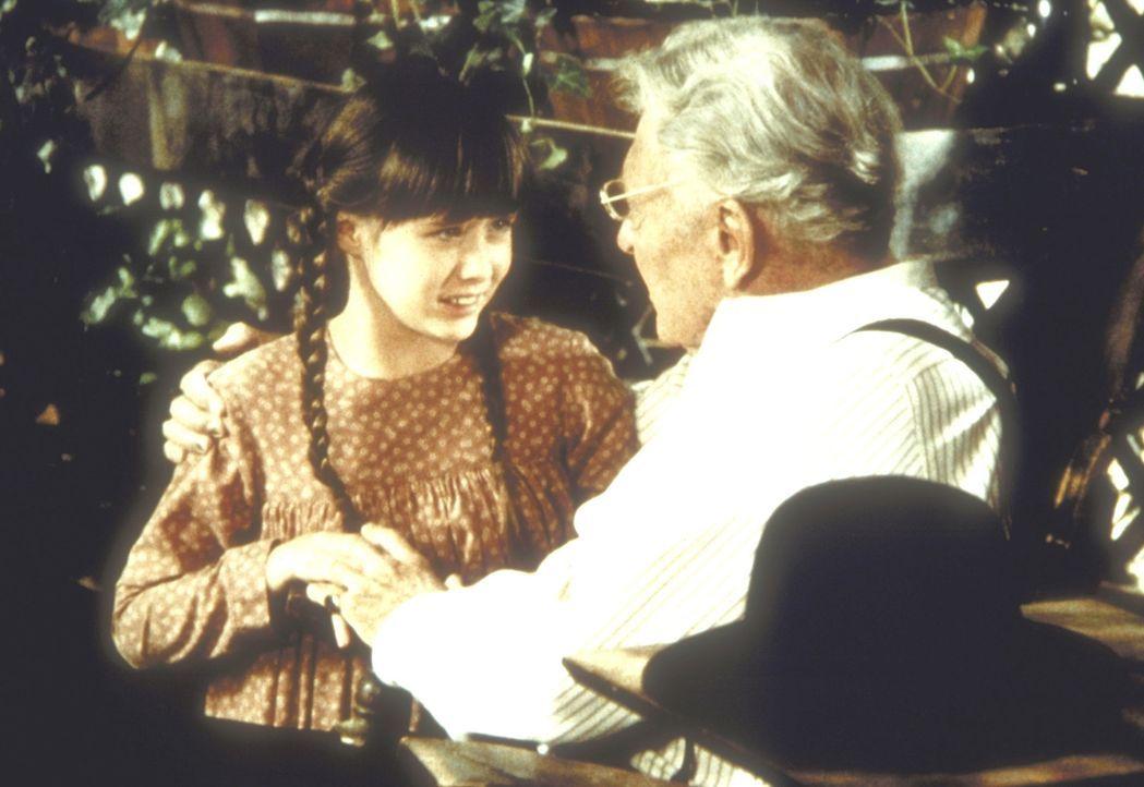 Jenny Wilder (Shannen Doherty, l.) bringt einen Vogel, der sich den Flügel gebrochen hat, zu Doktor Marvin Haynes (Ralph Bellamy, r.) ... - Bildquelle: Worldvision