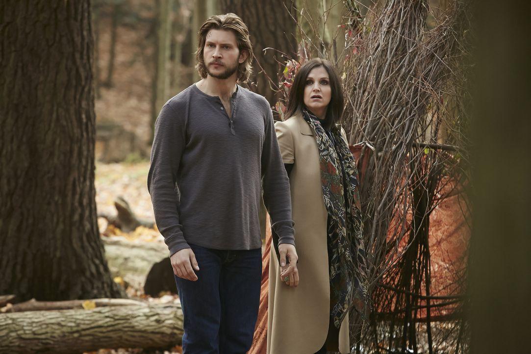 Noch ahnt Ruth (Tammy Isbell, r.) nicht, dass es nicht Clay (Greyston Holt, l.) ist, mit dem sie zusammenarbeitet ... - Bildquelle: 2015 She-Wolf Season 2 Productions Inc.