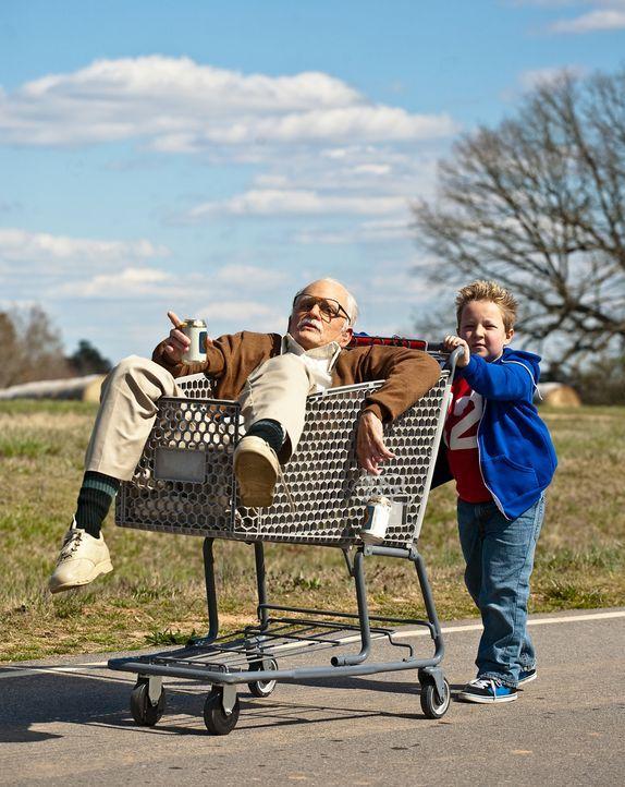 Ob Ladendiebstahl, Besuche im Strip-Lokal oder nachmittäglicher Bierrausch - der 86-jährige Irving (Johnny Knoxville, l.) führt seinen Enkel Billy (... - Bildquelle: Sean Cliver MMXIII Paramount Pictures Corporation.  All Rights Reserved.
