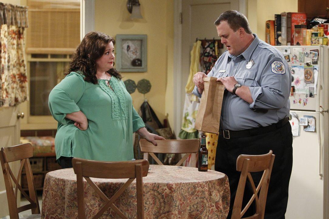 Haben jeweils für den anderen Neuigkeiten: Mike (Billy Gardell, r.) und Molly (Melissa McCarthy, l.) ... - Bildquelle: Warner Brothers