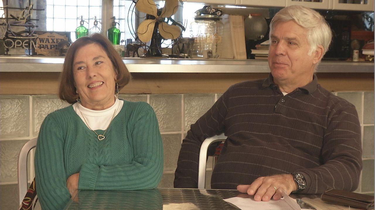 Arlene (l.) und Jim (r.) haben einen besonderen Plan, um ihren 45. Hochzeitstag zu zelebrieren: Sie wollen eine Tour in dem 1969er Firebird drehen,... - Bildquelle: New Dominion Pictures LLC