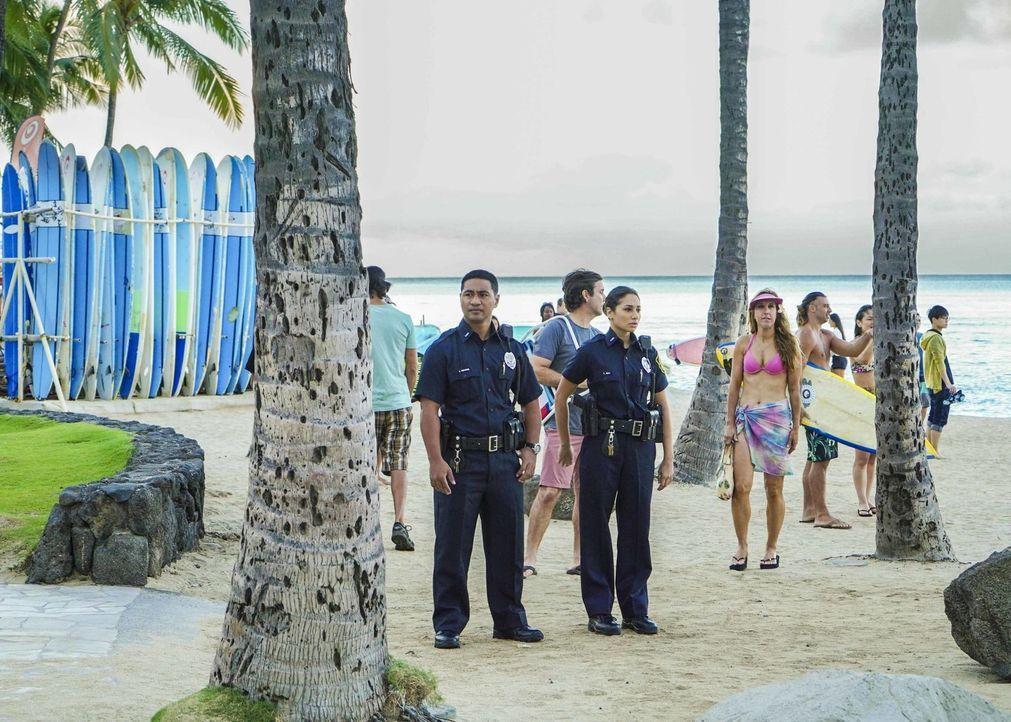 Junior Reigns (Beulah Koale, l.) und Tani Rey (Meaghan Rath, r.) müssen einen Tag im Streifendienst absolvieren, erst danach werden sie offizielle M... - Bildquelle: 2018 CBS Broadcasting, Inc. All Rights Reserved