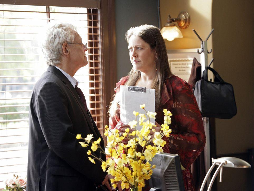 Noch ahnt Delia (Camryn Manheim, r.) nicht, dass von Josh Bedford (Bruce Davison, l.) eine große Gefahr ausgeht. - Bildquelle: ABC Studios