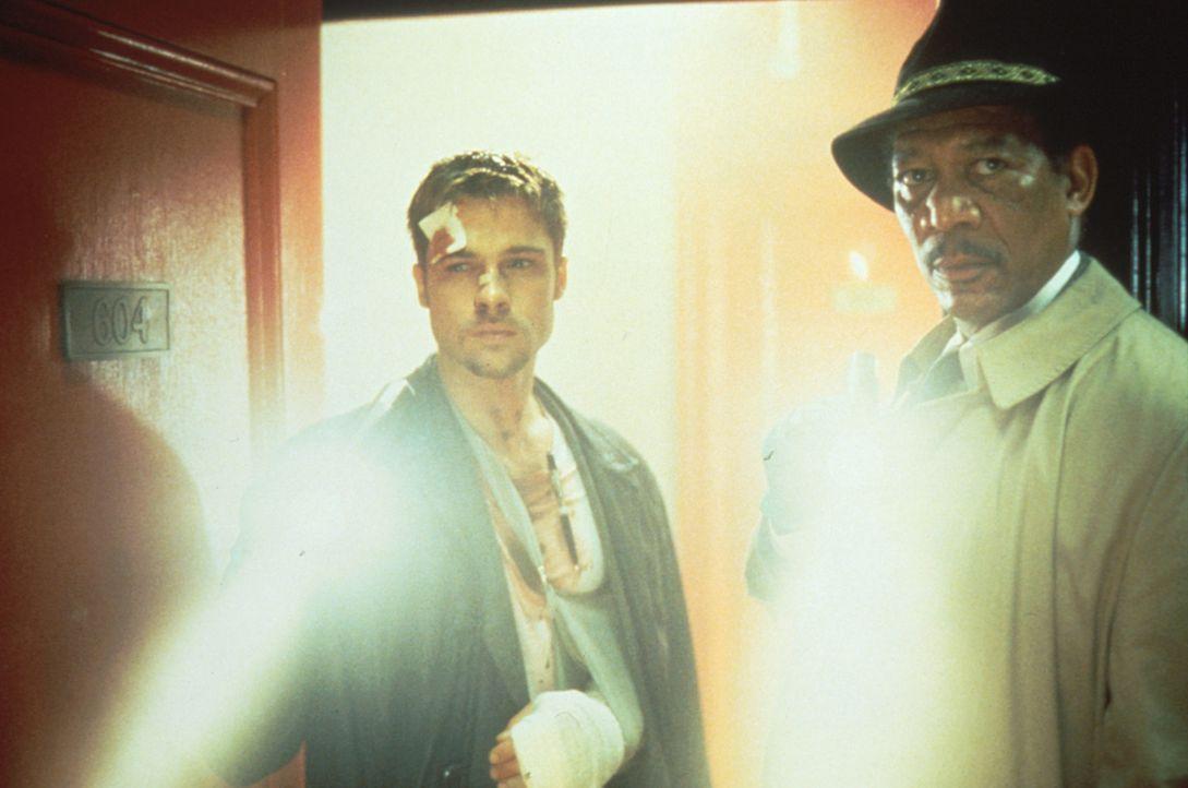 Das Schicksal der beiden Detectives David Mills (Brad Pitt, l.) und William Somerset (Morgan Freeman, r.) verknüpft sich immer stärker mit dem des S... - Bildquelle: Constantin Film
