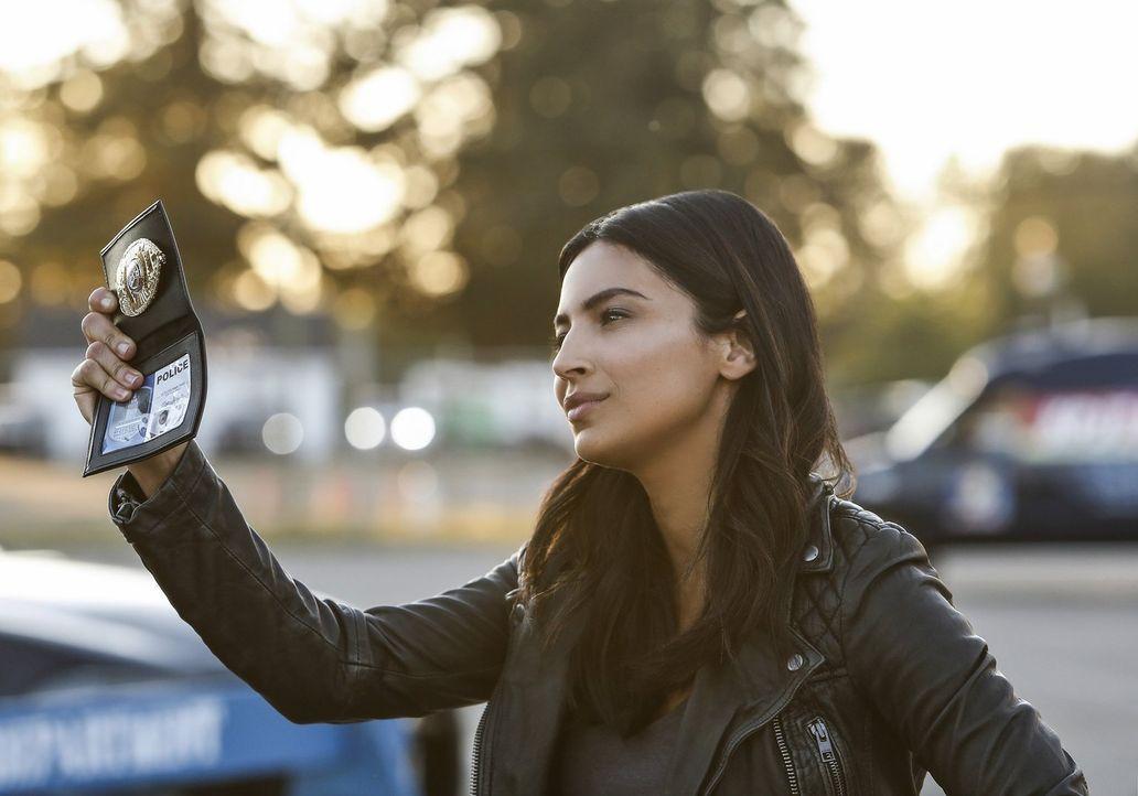 Gelingt es Detective Sawyer (Floriana Lima) gemeinsam mit Alex, National City und die Präsidentin vor weiteren mysteriösen Attentaten zu beschützen?... - Bildquelle: 2016 Warner Bros. Entertainment, Inc.