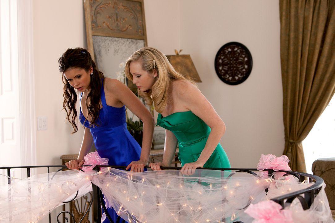 Elena (Nina Dobrev, l.) macht sich Sorgen, dass Stefan nicht rechtzeitig auftaucht. Inzwischen fragt sich auch Caroline (Candice Accola, r.), wo er... - Bildquelle: Warner Bros. Television