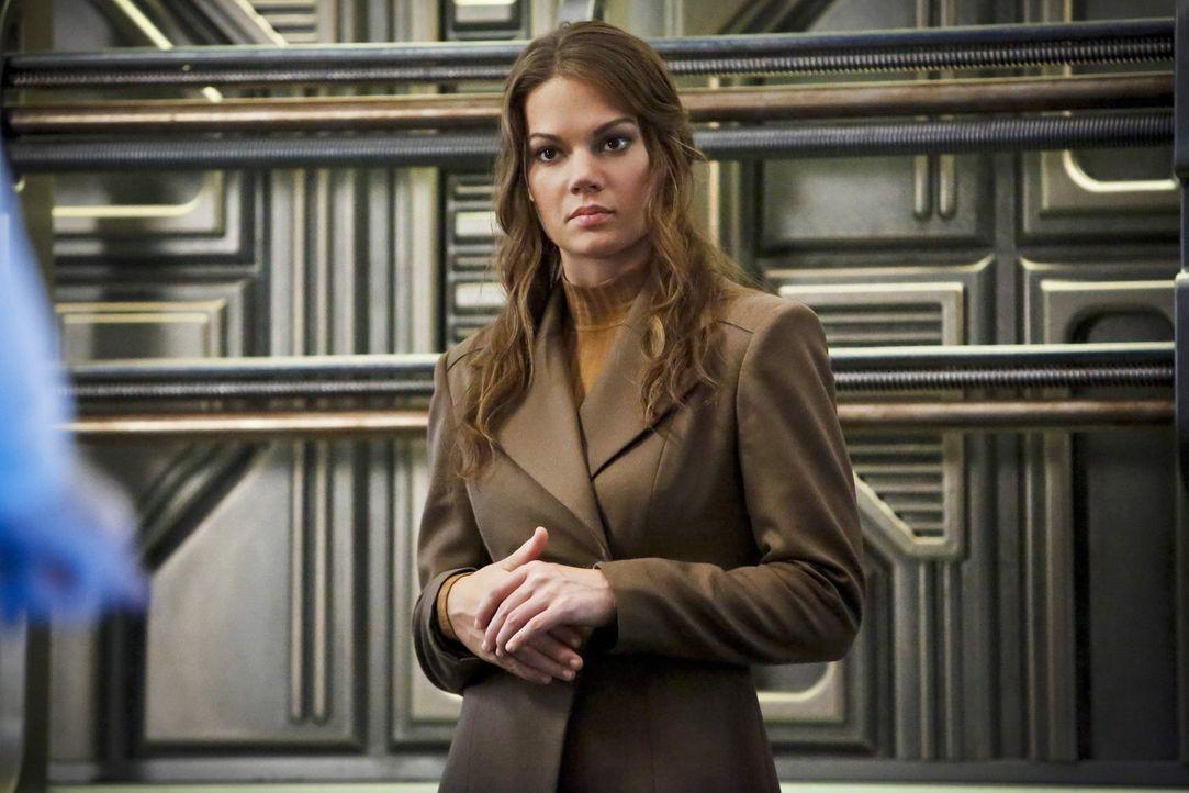 Als Rip einen angeblichen Hilferuf von Captain Eve Baxter (Stephanie Cleough) erhält, beschließt er ihr zu helfen und mit ihrem Schiff endlich Gideo... - Bildquelle: 2015 Warner Bros.