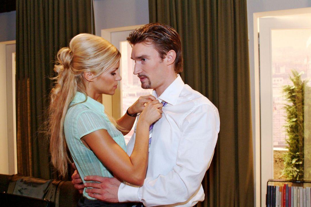 Richard (Karim Köster, r.) will Sabrina (Nina-Friederike Gnädig, l.), die vorhat, sich bei ihm einzuquartieren, schnellstens vor die Tür setzen. - Bildquelle: Monika Schürle Sat.1