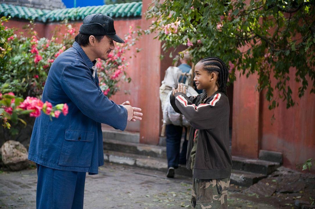 Nach anfänglichem Zögern nimmt Mr. Han (Jackie Chan, l.), Hausmeister der Schule und ehemaliger Kung-Fu-Meister, Dre (Jaden Smith, r.) unter seine... - Bildquelle: 2010 CPT Holdings, Inc. All Rights Reserved.