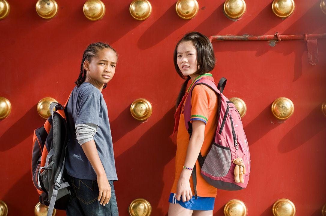 Beliebt war gestern: Bereits am ersten Tag an der neuen Schule in Peking lernt Dre (Jaden Smith, l.) die hübsche, Geigen spielende Mei Ying (Wenwen... - Bildquelle: 2010 CPT Holdings, Inc. All Rights Reserved.