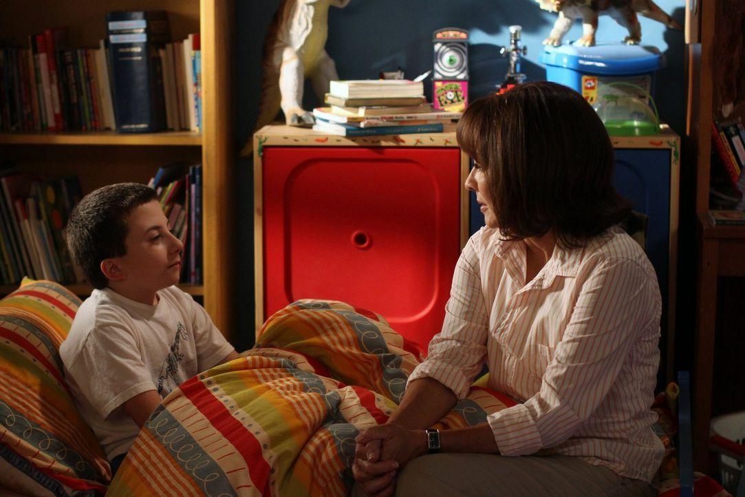 Frankie (Patricia Heaton, r.) will zum Schulstart alles unter Kontrolle haben, doch der alltägliche Wahnsinn zieht schon bald bei wieder bei ihr, Su... - Bildquelle: Warner Brothers