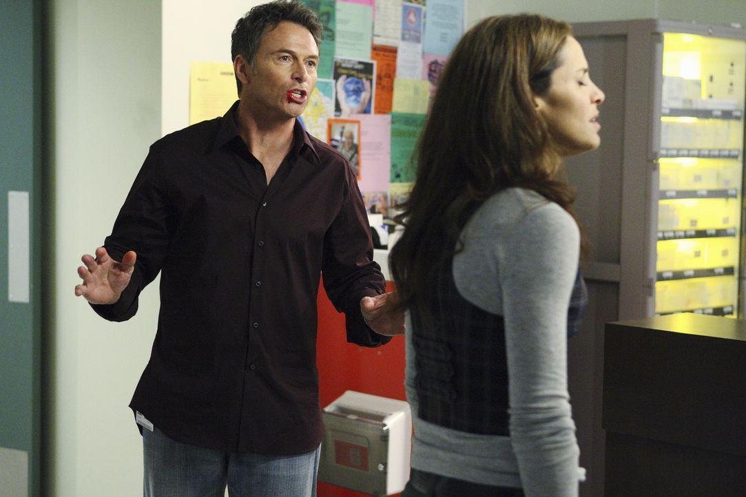 Dell rastet vollkommen aus und schlägt auf Pete (Tim Daly, l.) ein. Violet (Amy Brenneman, r.) versucht, die Situation zwischen den beiden zu beruhi... - Bildquelle: ABC Studios