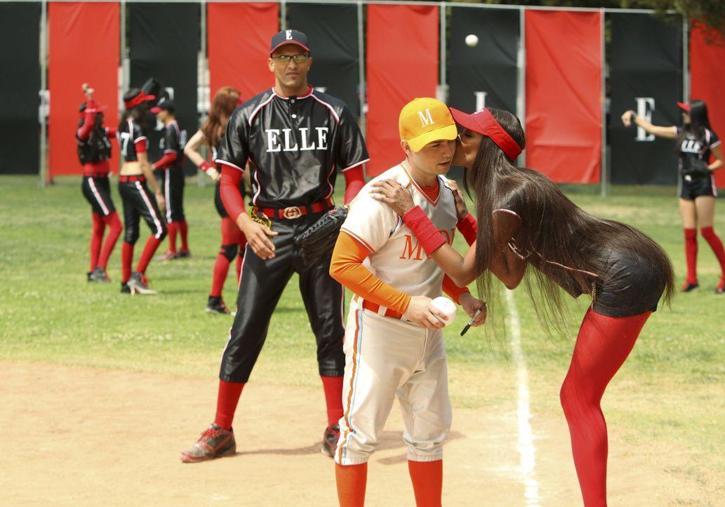 Softballspiel Mode vs. ELLE: Schon bald kann sich Supermodell Naomi Campbell (Naomi Campbell, l.) dem Charme Gios (Freddy Rodriguez, M.) nicht mehr... - Bildquelle: Buena Vista International Television
