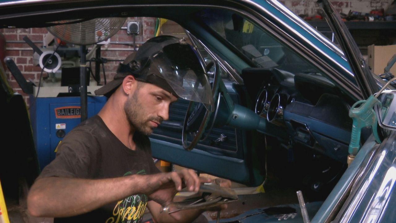 Gibt alles, um den Mustang wieder auf  Vordermann zu bringen: Mechaniker Will (Bild) von Fantomworks ... - Bildquelle: New Dominion Pictures LLC.