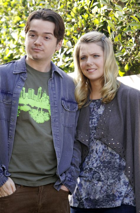 Versuchen Bobby bei seinem Golfproblem zu helfen: Travis (Dan Byrd, l.) und Kirsten (Collette Wolfe, r.) ... - Bildquelle: 2010 ABC INC.